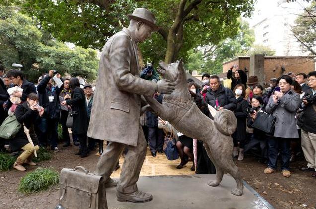 La sculpture de bronze, réalisée par Tsutomu Ueda pour l'université de Tokyo réunissant Hachikō et son maître.